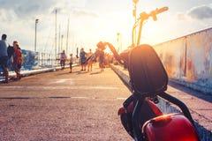 Vehículo de transporte eléctrico de la vespa, alquiler para el turista, parqueado en Pier Ecologic Urban Transportation Concept Fotos de archivo libres de regalías