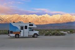 Vehículo del campista en sitio para acampar libre en el más wildernest dentro de salida del sol foto de archivo