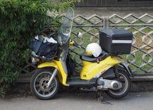 Vehículo del reparto del correo de Poste Italiane fotos de archivo libres de regalías