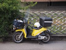 Vehículo del reparto del correo de Poste Italiane imagenes de archivo
