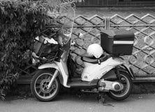 Vehículo del reparto del correo de Poste Italiane en blanco y negro fotos de archivo