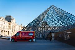 Vehículo del servicio de incendios en la pirámide del Louvre Imagen de archivo libre de regalías