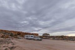 Vehículo del tracción cuatro ruedas y caravana blanca grande foto de archivo libre de regalías
