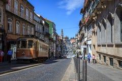 Vehículo del vintage que pasa la calle de la ciudad en Oporto Fotos de archivo