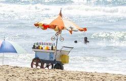 Vehículo del vintage que vende bebidas en una playa foto de archivo libre de regalías