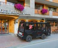 Vehículo eléctrico en la ciudad de Zermatt, Suiza fotos de archivo