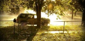 Vehículo en el lado del camino después de la tormenta del saludo imagen de archivo