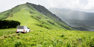 Vehículo en pista de tierra en la roca de Jalawe Imagen de archivo