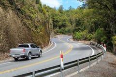 Vehículo en un camino forestal de enrrollamiento de Nueva Zelanda imágenes de archivo libres de regalías
