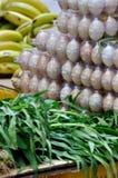 Vehículo, fruta y huevo en mercado fresco Foto de archivo libre de regalías