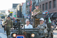 Vehículo militar con los veteranos Imagen de archivo