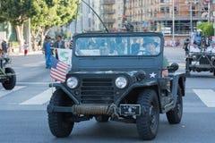 Vehículo militar de la Segunda Guerra Mundial con los veteranos Foto de archivo libre de regalías