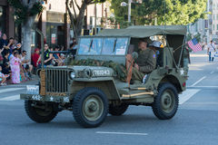Vehículo militar de la Segunda Guerra Mundial con los veteranos Imagen de archivo libre de regalías
