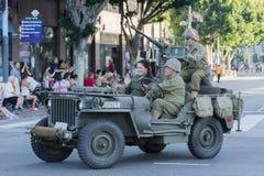 Vehículo militar de la Segunda Guerra Mundial con los veteranos Imagenes de archivo