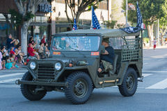 Vehículo militar de la Segunda Guerra Mundial con los veteranos Foto de archivo