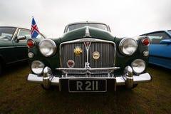Vehículo negro del vintage en una reunión clásica del club del coche Imagen de archivo