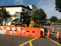 Vehículo parqueado en la calle, CAT Forklift, conos del tráfico, barrera del jersey, Rutherford, NJ, los E.E.U.U. de la construcc imagenes de archivo