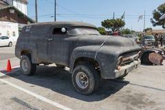 Vehículo posts-apocalíptico de la supervivencia de la furgoneta de entrega del vintage Foto de archivo
