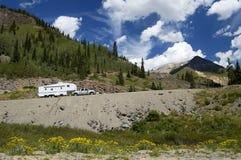 Vehículo recreacional en las montañas fotografía de archivo