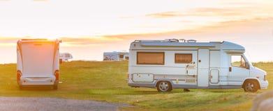 Vehículo recreativo en la puesta del sol Noruega, Europa foto de archivo