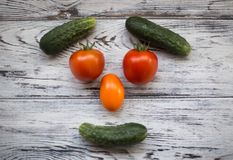 Vehículos útiles Verduras maduras y sabrosas en la tabla Imagenes de archivo