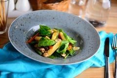 Vehículos asados a la parilla La ensalada de la pimienta asada, de la espiga de trigo, de la habichuela verde y del verdor en una Foto de archivo