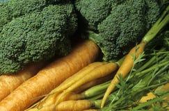 Vehículos bróculi y sin procesar fresco de las zanahorias Fotografía de archivo