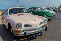 Vehículos clásicos de VW en la playa fotos de archivo