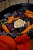 Vehículos de raíz cocinados en un Skillet del arrabio  Imagen de archivo