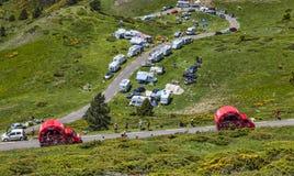Vehículos de Vittel en las montañas de los Pirineos Imagen de archivo libre de regalías