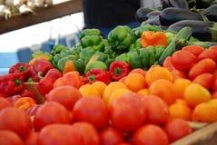Vehículos en el mercado de los granjeros Foto de archivo libre de regalías