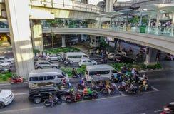 Vehículos en la calle en Bangkok, Tailandia imagenes de archivo