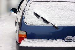 Vehículos en la nieve derivas de la nieve en los caminos Cancelación del movimiento, debido a condiciones meteorológicas inclemen fotografía de archivo