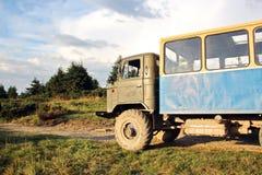 Vehículos especiales para los turistas en las montañas cárpatas, Ucrania imagen de archivo libre de regalías