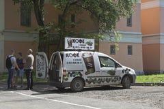Vehículos especializados para la venta del café en la calle de la ciudad Vologda Imagenes de archivo
