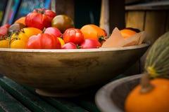 Vehículos frescos de la granja Cosecha del otoño y concepto sano del alimento biológico Bio verduras frescas en un colmado fotos de archivo
