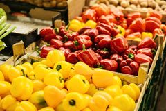 Vehículos frescos y orgánicos en el mercado de los granjeros Producción natural paprika Pimienta Foto de archivo