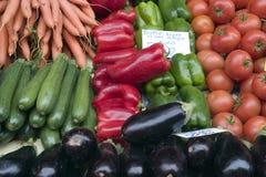 Vehículos mezclados en el mercado del granjero Fotos de archivo libres de regalías