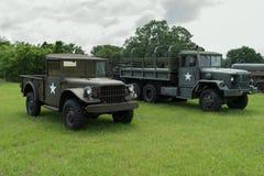Vehículos militares del Ejército de los EE. UU. verde en la exhibición Fotografía de archivo