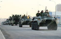 Vehículos militares del ejército ruso en Moscú céntrica Fotografía de archivo