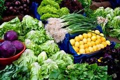 Vehículos orgánicos frescos en un mercado de calle Foto de archivo libre de regalías