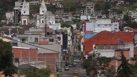 Vehículos que circulan en las calles del centro de la ciudad de la ciudad de Loja almacen de video