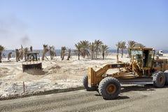 Vehículos resistentes en el emplazamiento de la obra a lo largo del camino entre Dubai y Sharja Foto de archivo