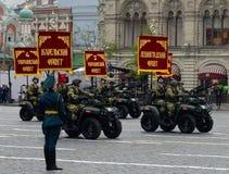 Vehículos todo terreno - 1 del ejército en cuadrado rojo durante un desfile del ensayo Imagen de archivo