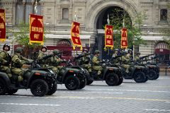 Vehículos todo terreno - 1 del ejército en cuadrado rojo durante un desfile del ensayo Fotografía de archivo
