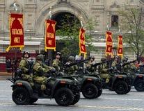 Vehículos todo terreno - 1 del ejército en cuadrado rojo durante un desfile del ensayo Foto de archivo libre de regalías