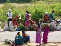 Vehículos tribales de la venta de las mujeres en mercado semanal Foto de archivo libre de regalías