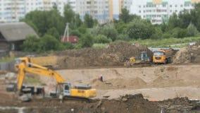 Vehículos y constructores de la construcción al aire libre almacen de metraje de vídeo