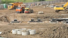 Vehículos y constructores de la construcción al aire libre metrajes
