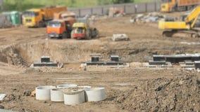 Vehículos y constructores de la construcción al aire libre almacen de video